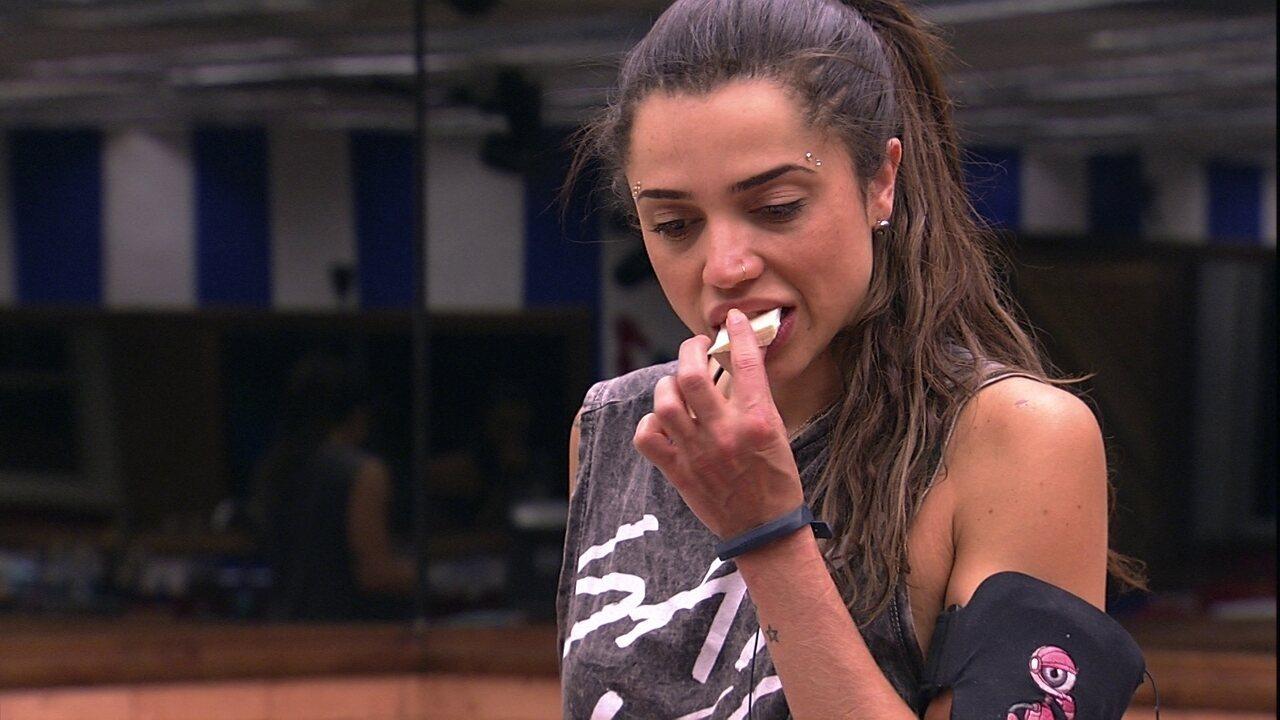 Paula come queijo em silêncio