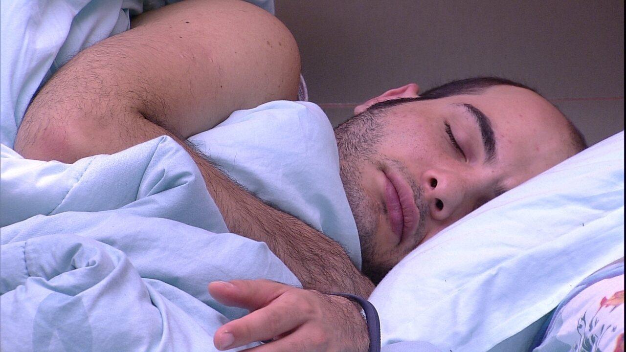 Mahmoud dorme no Quarto Submarino