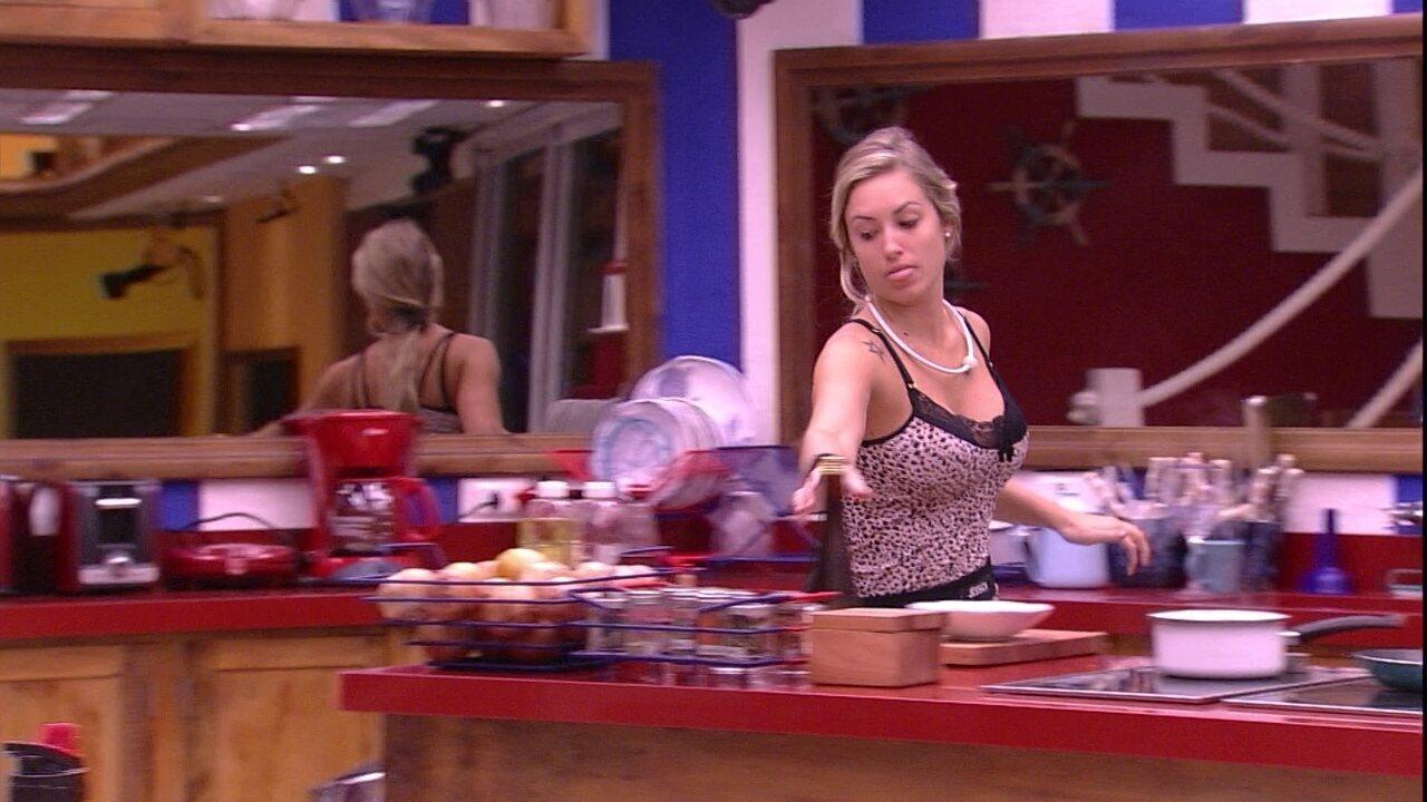 Jéssica esquenta comida e organiza a cozinha