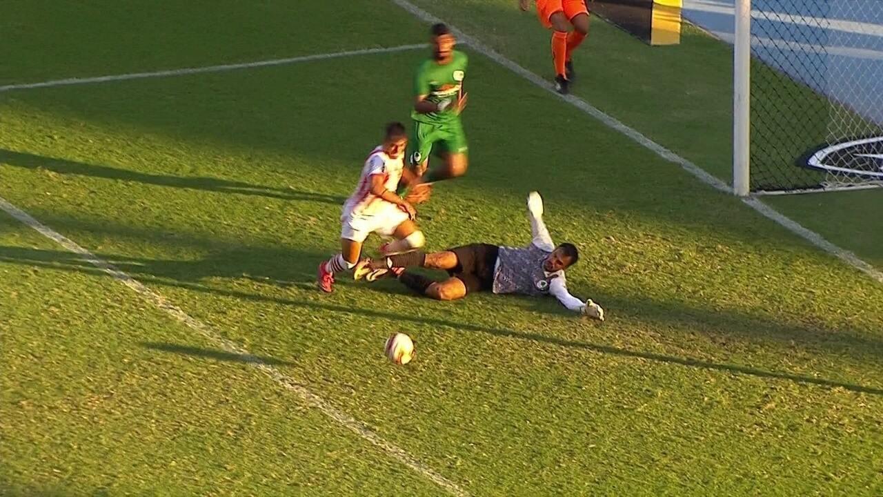 Rafael defende ataque do Bangu e derruba jogador. Arbitragem manda seguir aos 40' do 2º