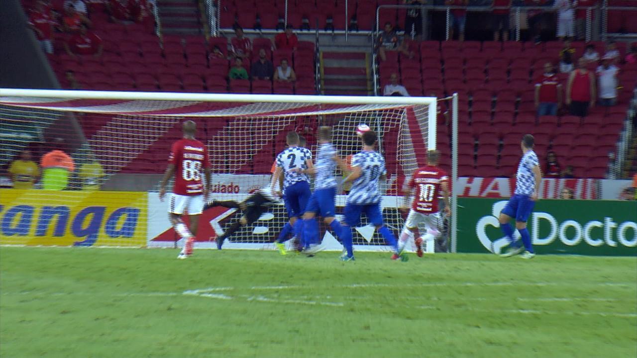 D'Alessandro, de fora da área, faz o segundo gol do Inter