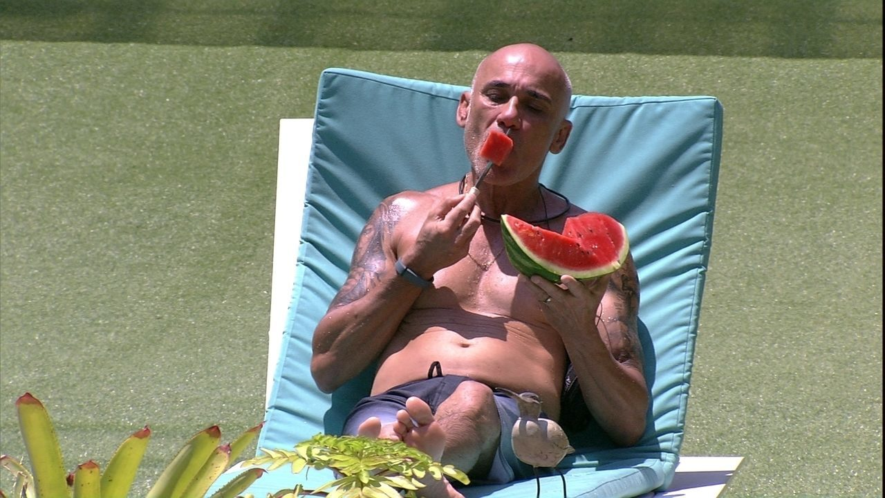 Ayrton come melancia na parte externa da casa