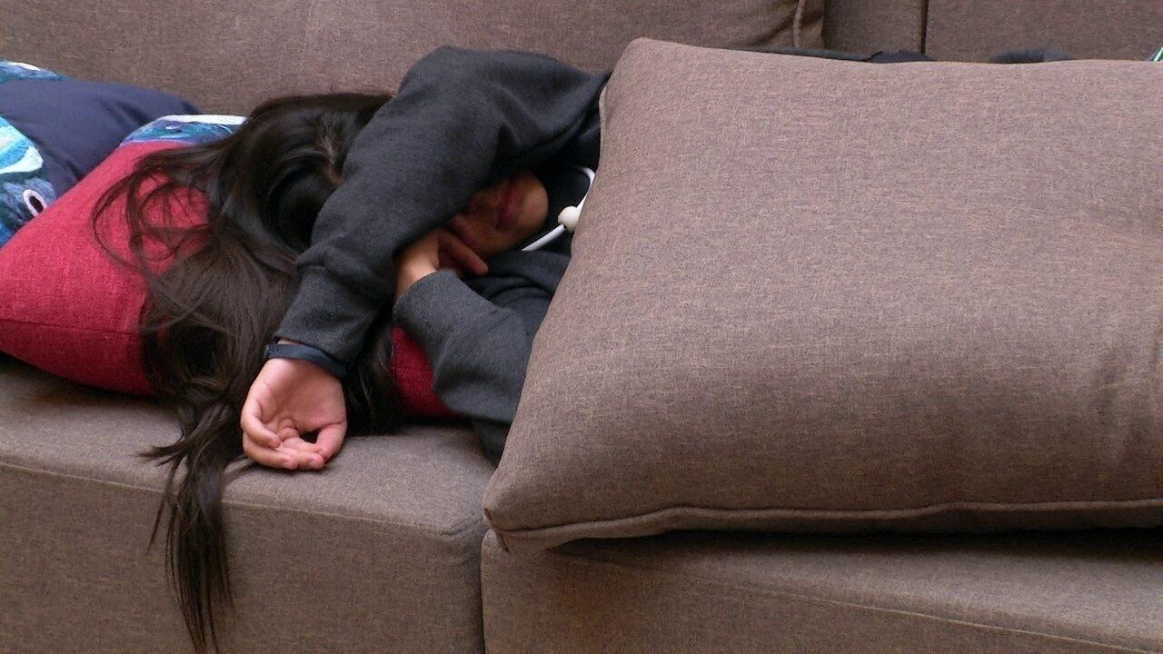 Ana Paula, Patrícia e Ayrton descansam na sala