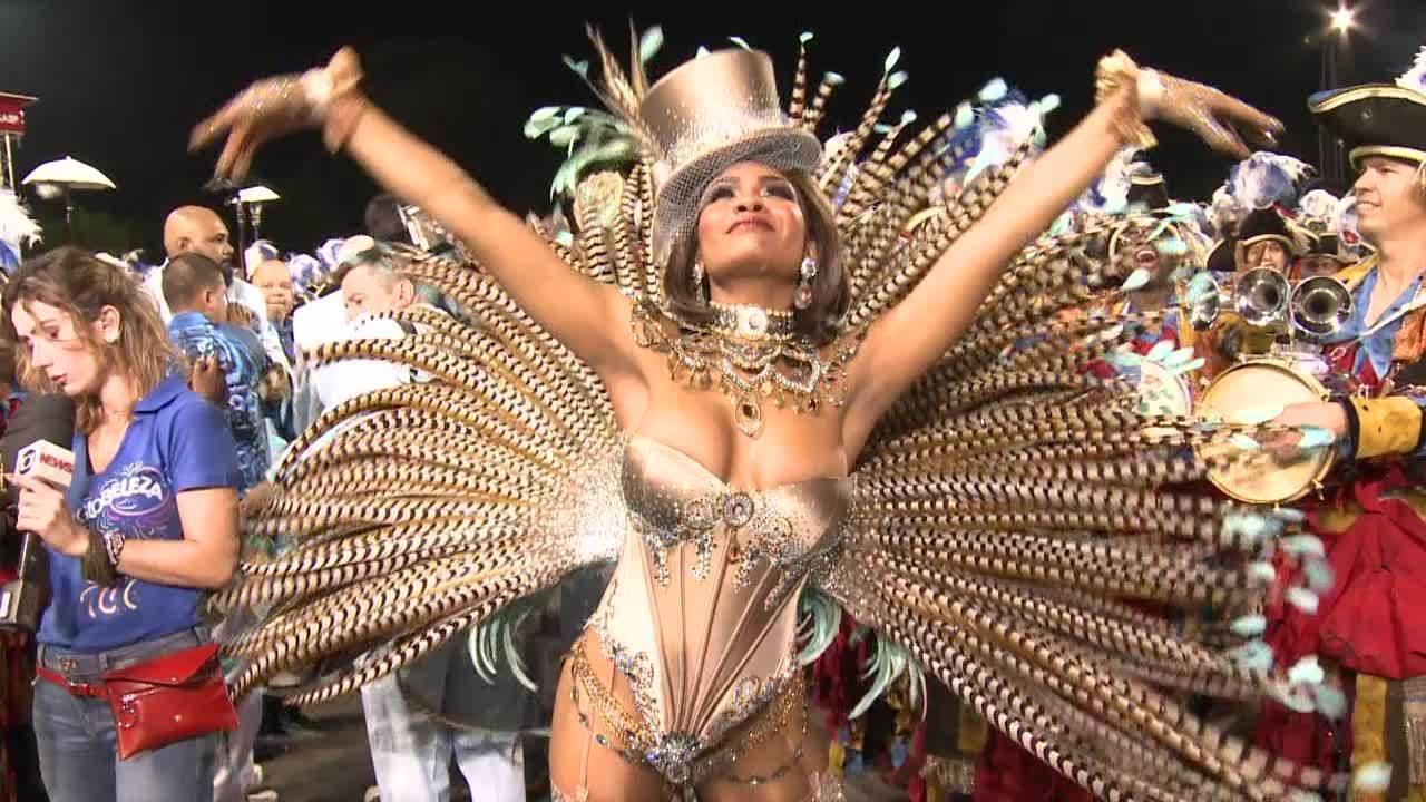 Valeska Reis como rainha de bateria da Império de Casa Verde no carnaval em 2019