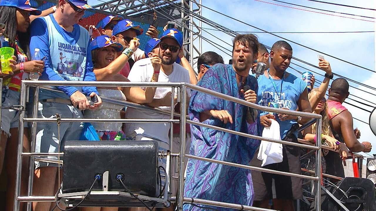 Saulo Fernandes canta 'PlaySom' do Baiana System