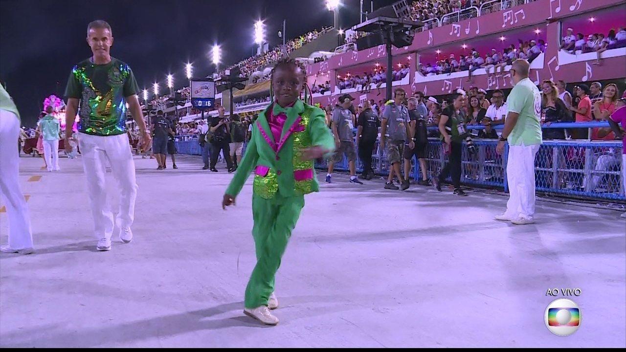 Dançarino de 9 anos encanta Sapucaí e sonha ser coreógrafo