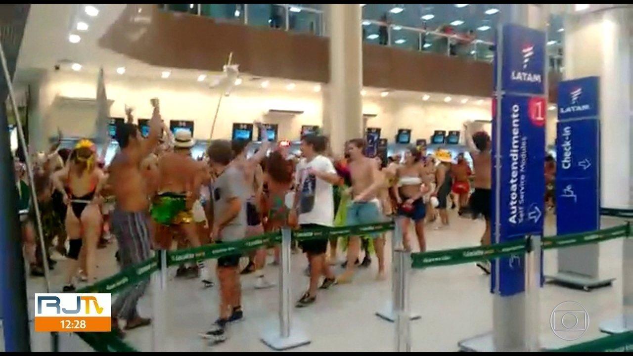 Foliões invadem saguão do aeroporto Santos Dumont