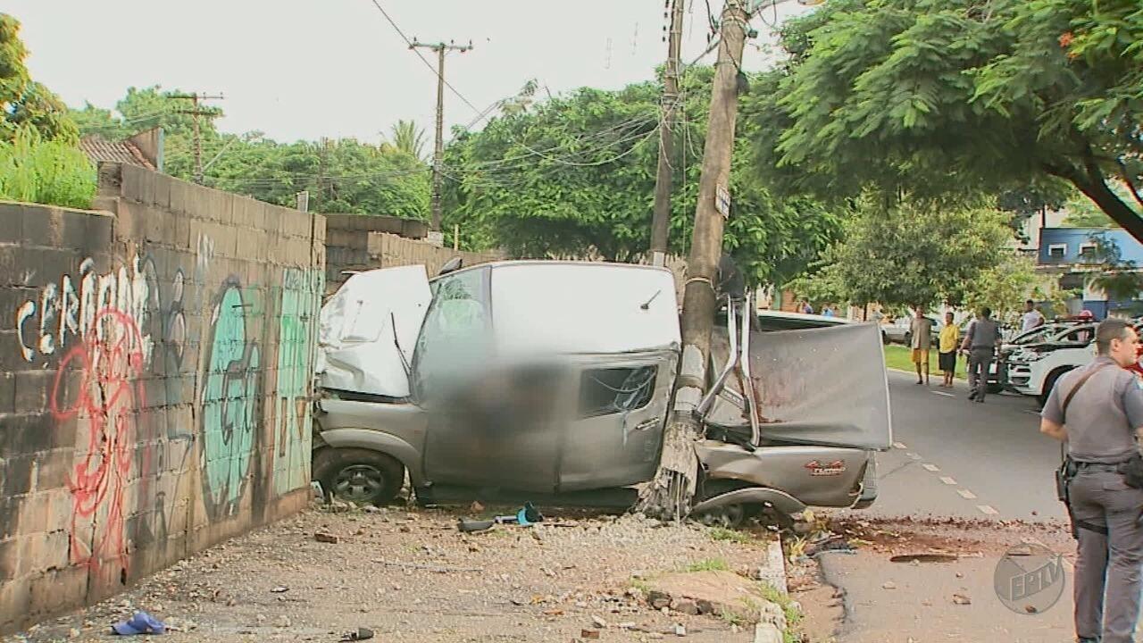Em fuga, suspeito de furto morre ao bater caminhonete em poste em Ribeirão Preto