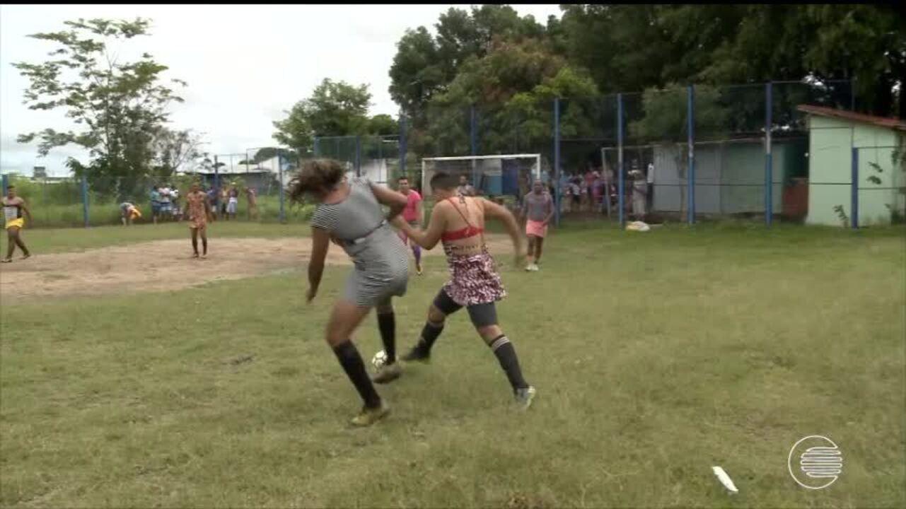 Homens se vestem de mulher e jogam futebol em brincadeira tradicional no Carnaval