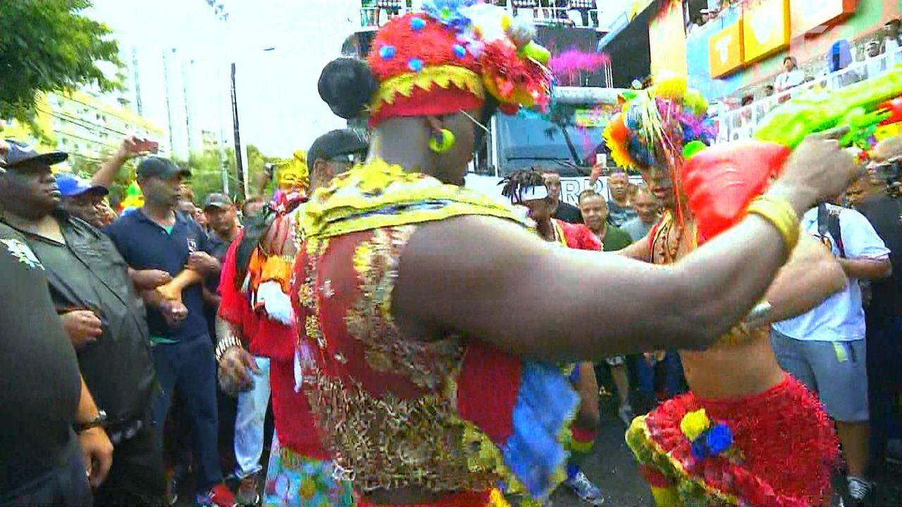 Foliões do Psirico 'metem dança' na Avenida