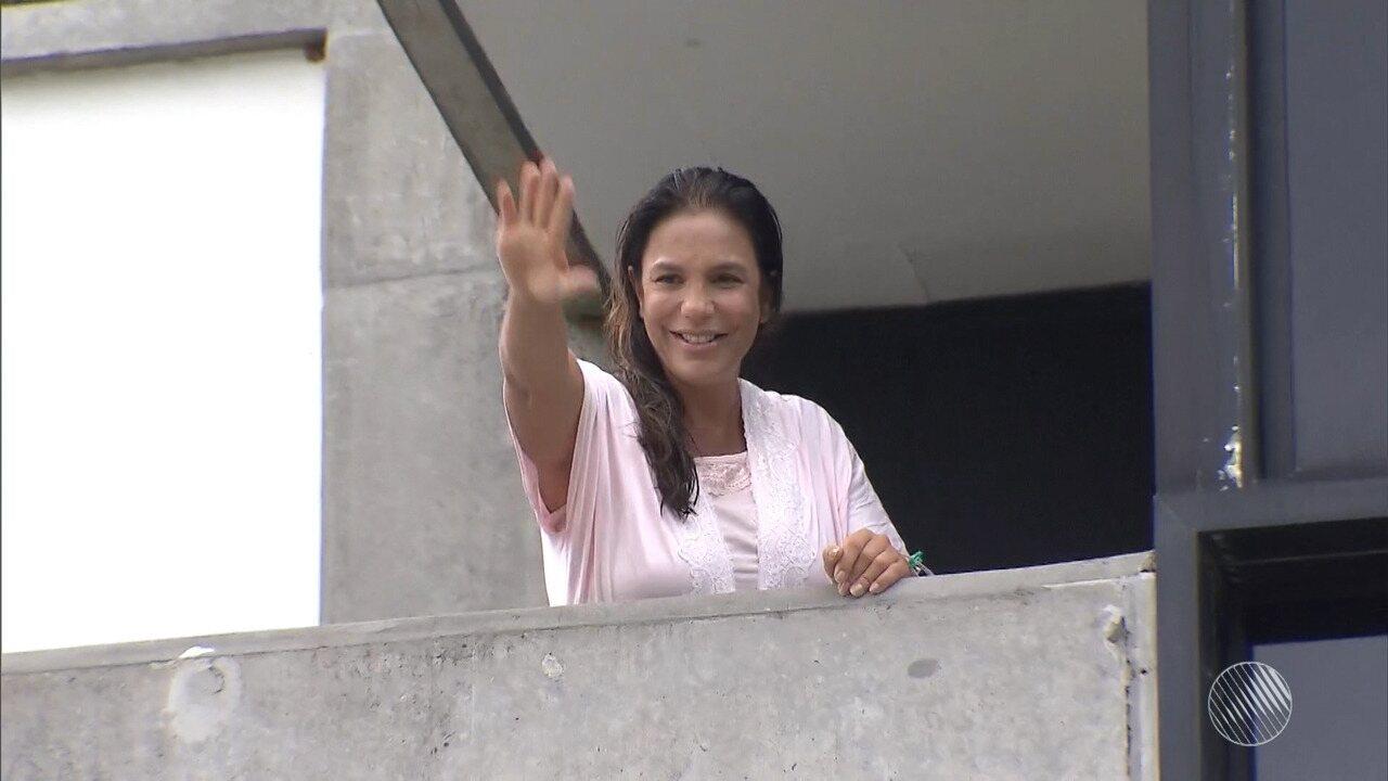 Ivete aparece na varanda do hospital e fala sobre as gêmeas Marina e Helena