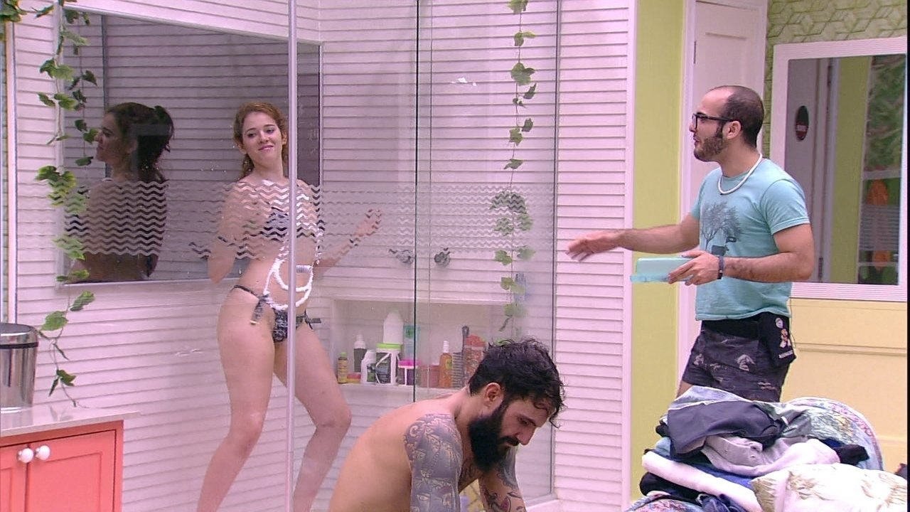 Ana Clara brinca de sensualizar no chuveiro e diverte Mahmoud e Gleic