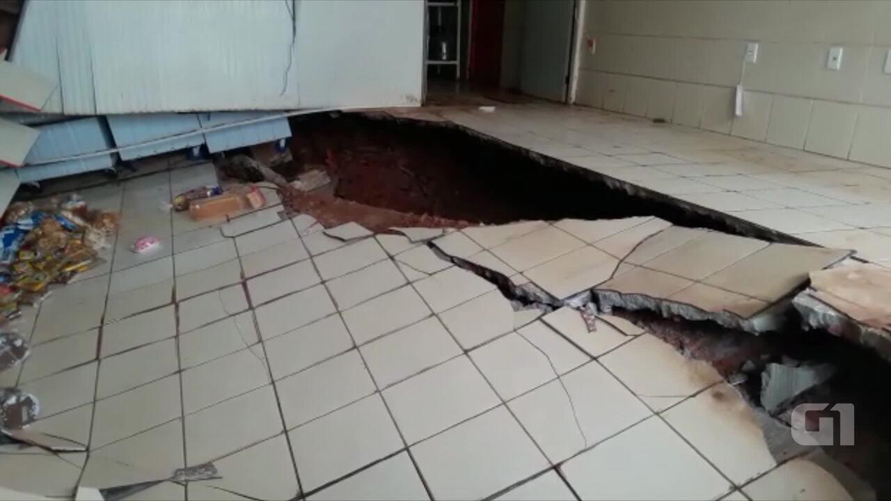 Chão cede e abre cratera em padaria após forte chuva em Rio Branco