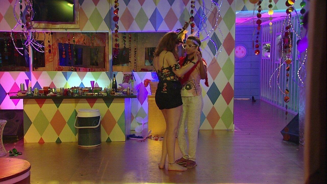 Ana Clara e Gleici dançam música lenta