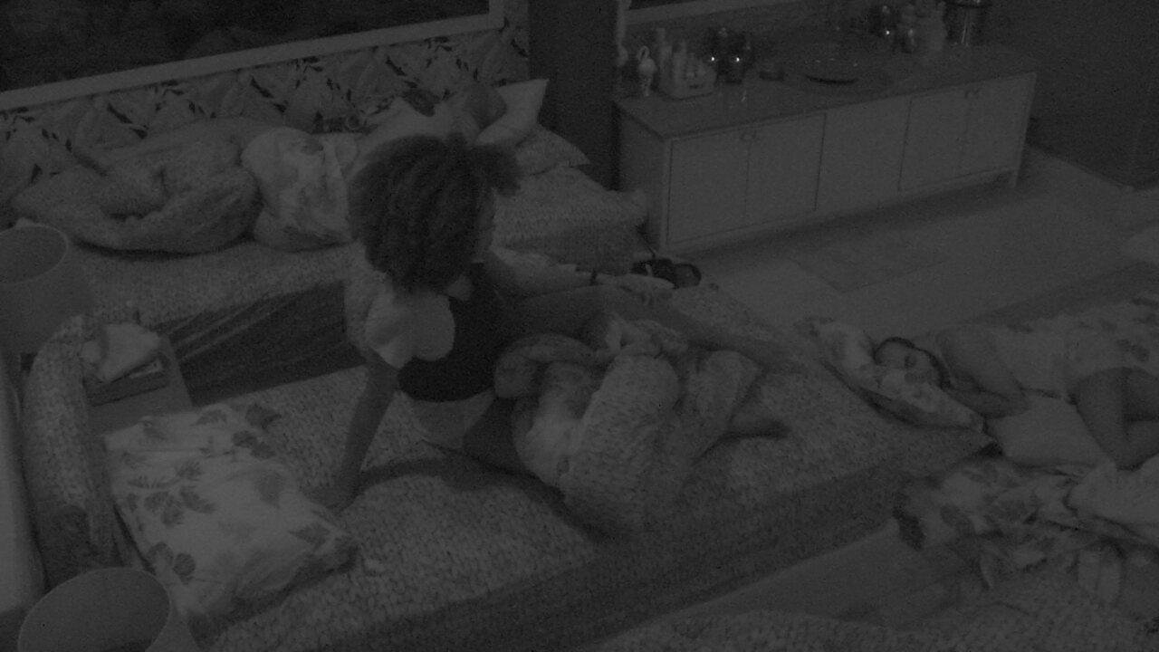 Nayara acorda e senta na cama, mas volta a dormir
