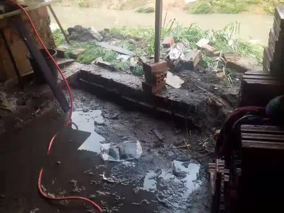 Chuva derruba parede de casa na Grota do Peixoto, no Jacintinho