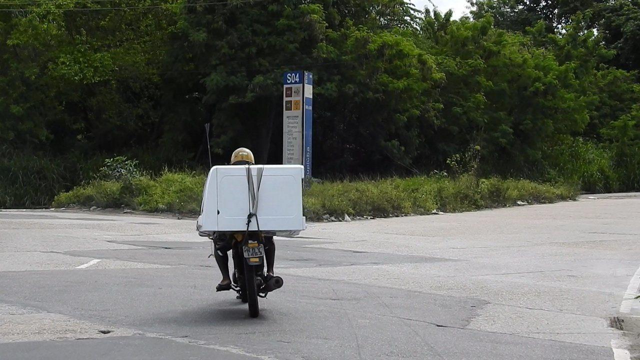 Motociclista é flagrado em Manaus transportando máquina de lavar roupas em moto