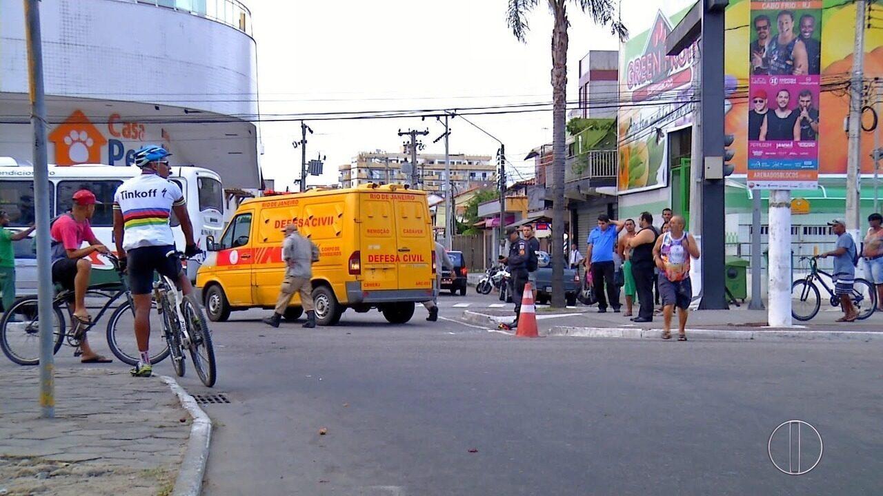 Homem morre em Cabo Frio, RJ, após ser atropelado na Avenida Júlia Kubistchek