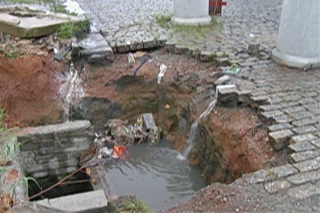 Buraco em rua de Itaquaquecetuba prejudica motoristas e pedestres