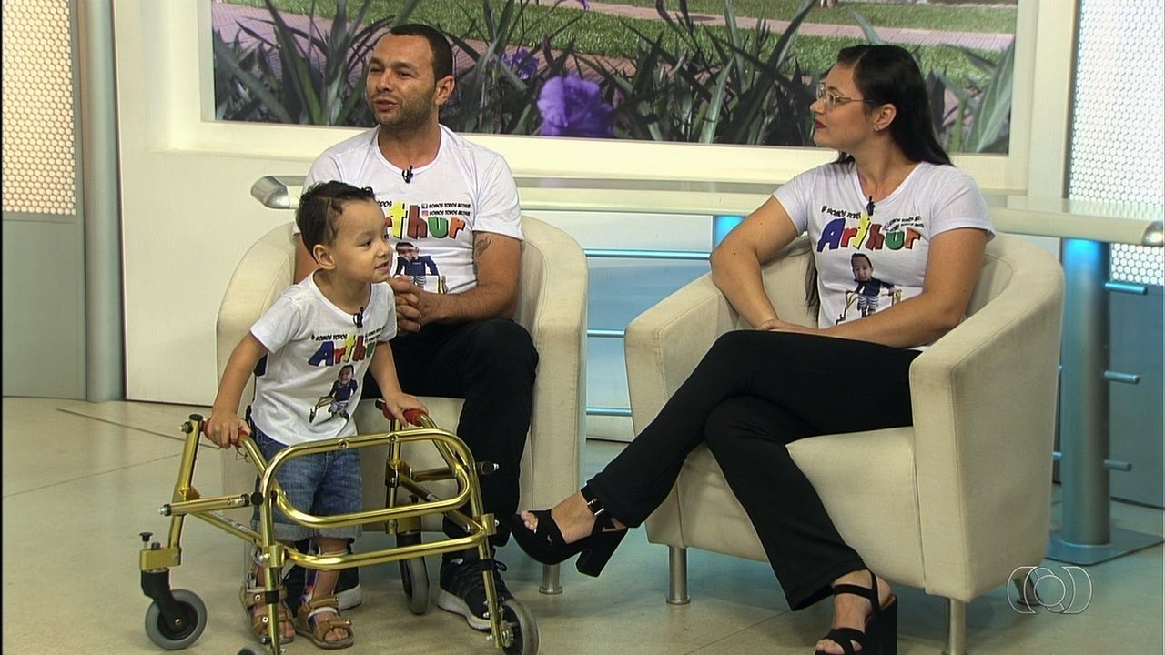 Menino de 3 anos precisa de cirurgia de R$ 200 mil para voltar a andar