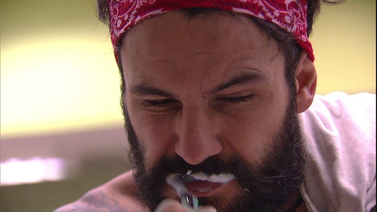 Wagner escova os dentes no Quarto Tropical