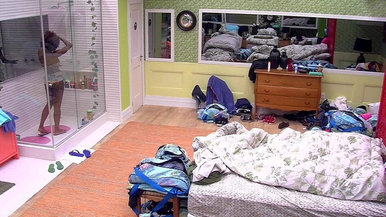 Ana Clara conversa com Gleici embaixo das cobertas sobre sua família