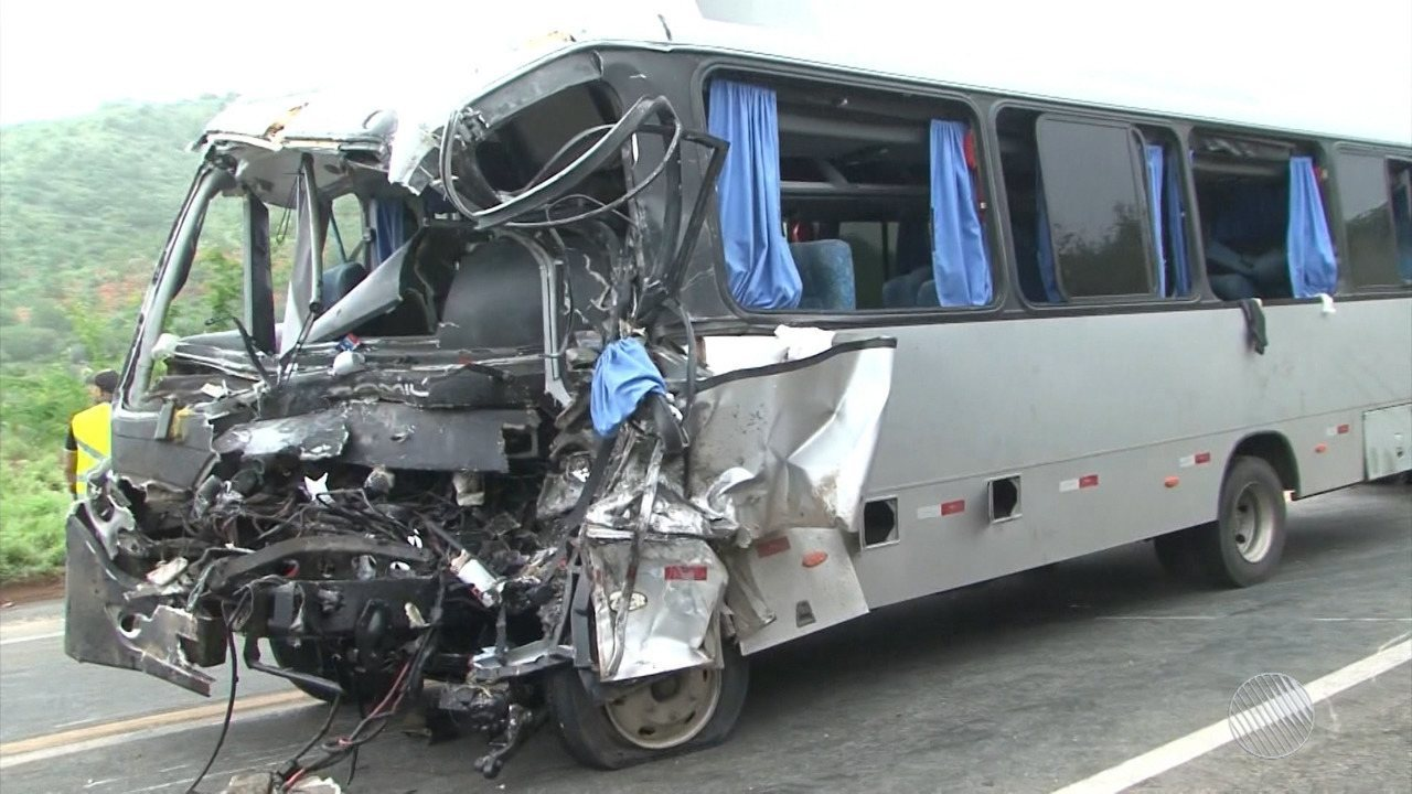Três pessoas morrem e 30 ficam feridos em acidente entre micro-ônibus e caminhão na BR-116
