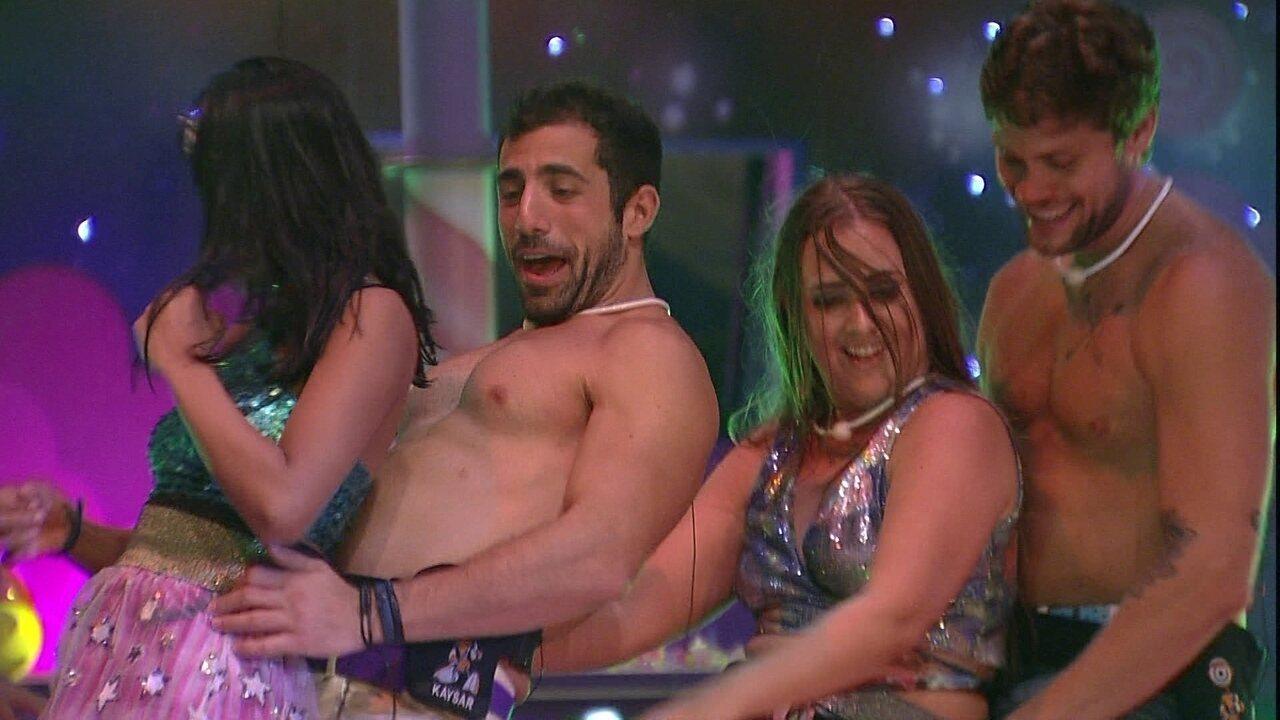 Breno, Patrícia, Kaysar e Gleici fazem trenzinho na pista de dança