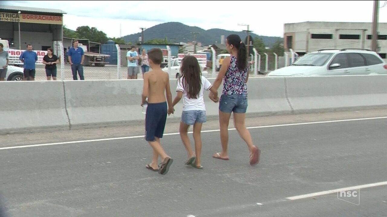 Sem faixa ou passarela, alunos se arriscam e improvisam passagem em rodovia de Itajaí