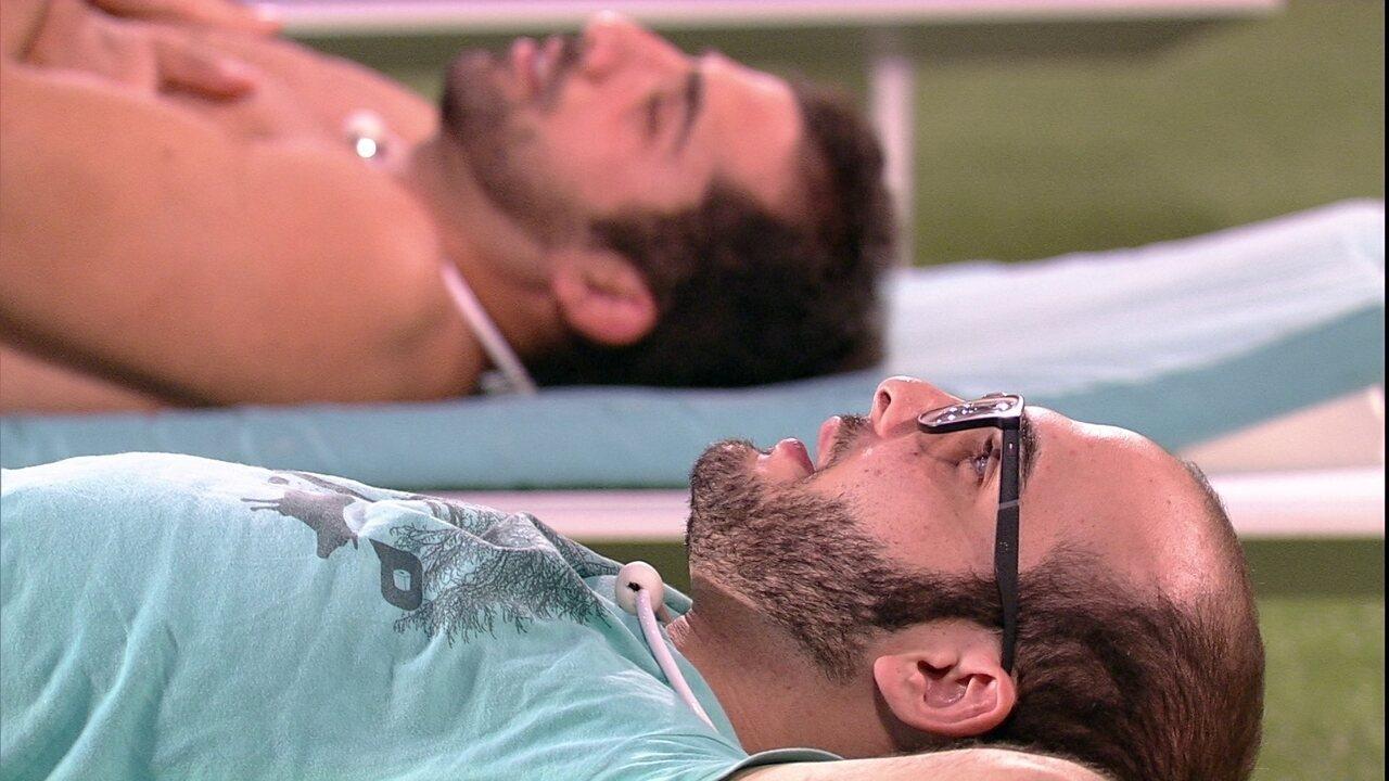 Mahmoud canta e Kaysar adormece