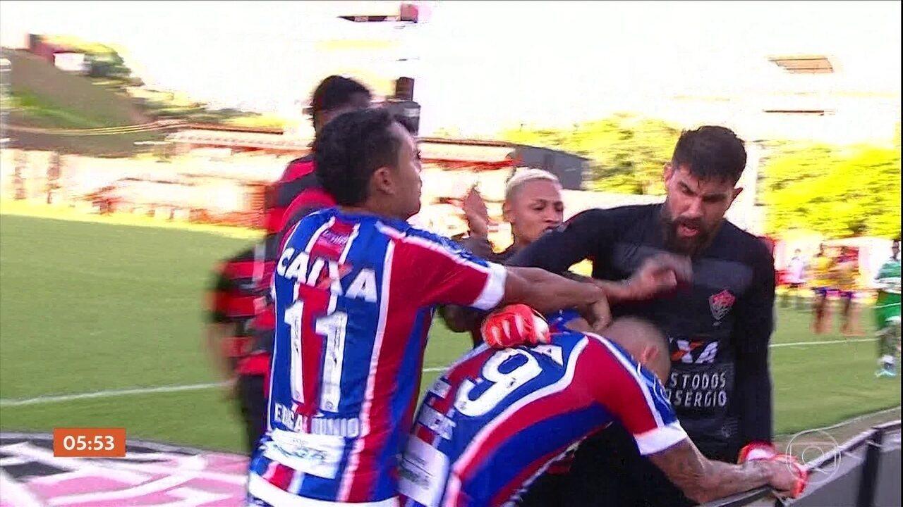 Jogadores do Bahia e Vitória se envolvem em confusão e juiz termina partida fd875a9ce8437
