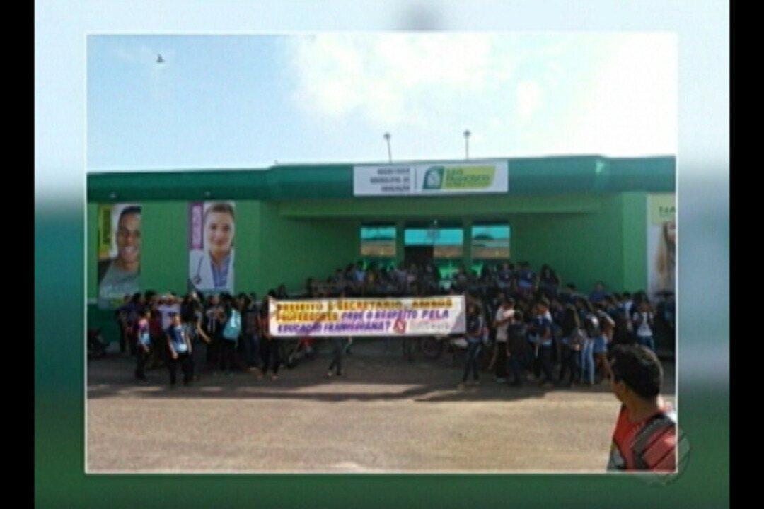 Professores e alunos de São Francisco do Pará protestam em frente a Prefeitura Municipal