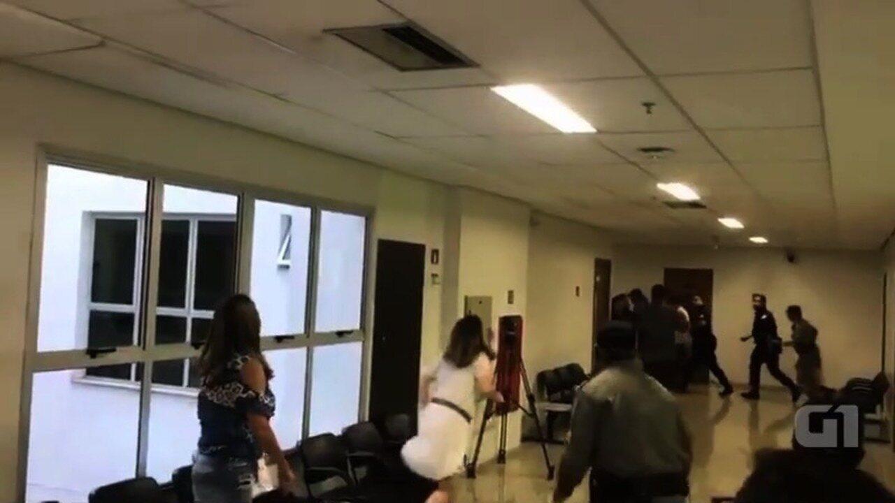 Vídeo mostra confusão em Fórum durante saída de suspeito de matar namorada em Goiânia