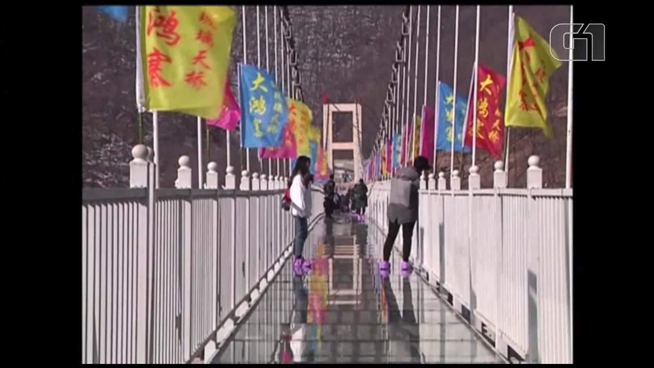 Nova ponte suspensa de vidro atrai turistas na China