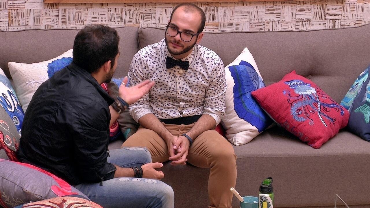 Kaysar desabafa com Mahmoud sobre dificuldade de expressas sentimentos