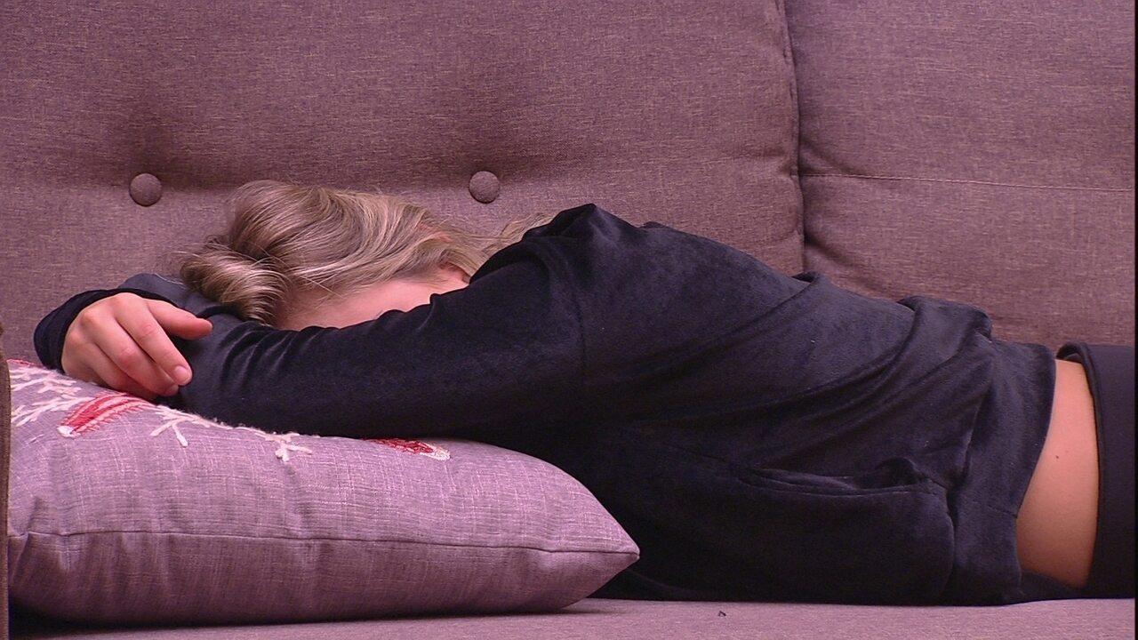 Jéssica deita na sala da casa
