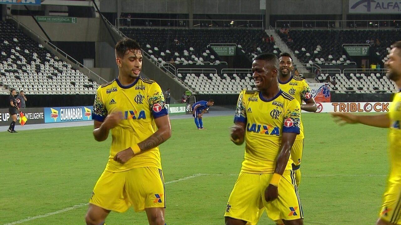 Gol do Flamengo! Vinícius Junior pega sobra na área e marca mais um, aos 40 do 2º tempo
