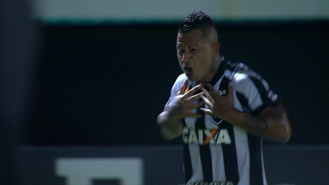 Gol do Botafogo! Leo Valencia cobra falta com categoria e amplia, aos 28 do 1º tempo