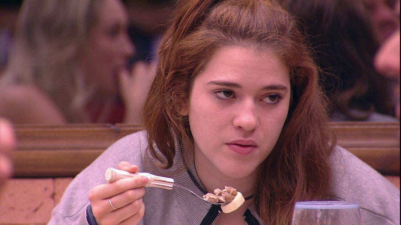 Viegas e Ana Clara comem e conversam com brothers na cozinha
