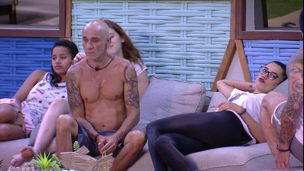 Paula faz biquinho para Caruso