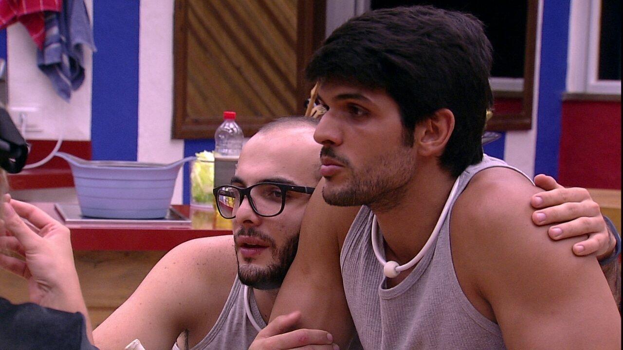 Mahmoud encosta cabeça no ombro de Lucas e confessa: 'Estou carente'