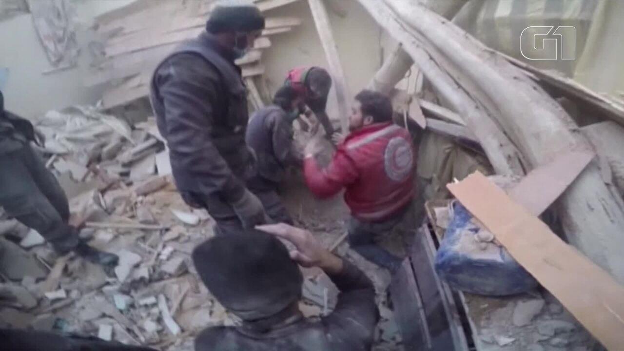 Vítimas são resgatadas após mais um bombardeio na região síria de Guta