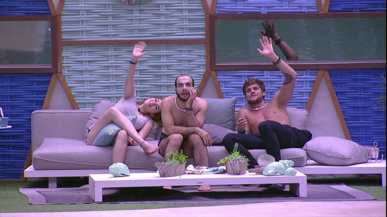 Sem dormir na casa, Ana Clara, Breno e Mahmoud brincam de acenar para as câmeras