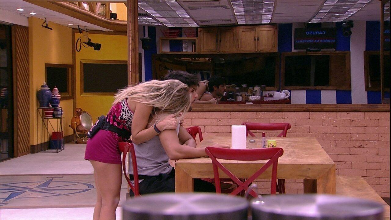 Jéssica dá beijo no pescoço de Lucas