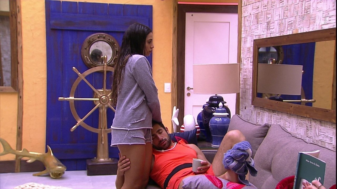Kaysar faz carinho na perna de Paula