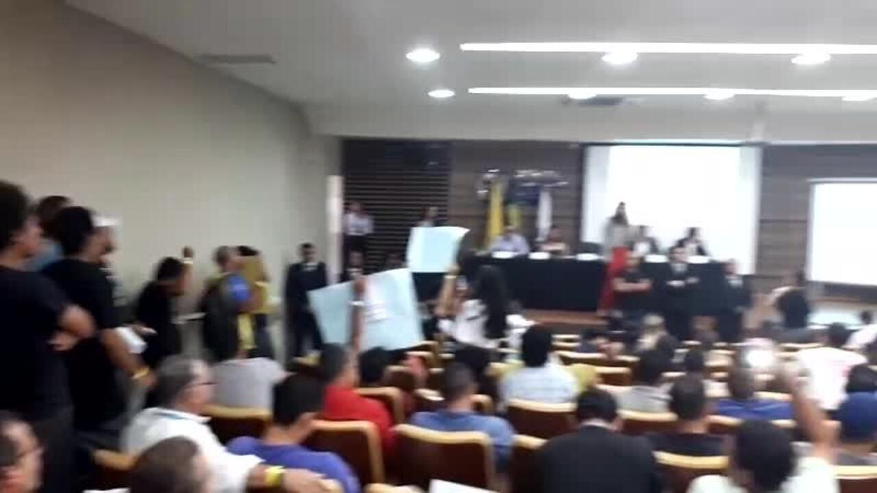 Audiência pública debate desestatização da Eletrobras e sindicalistas protestam