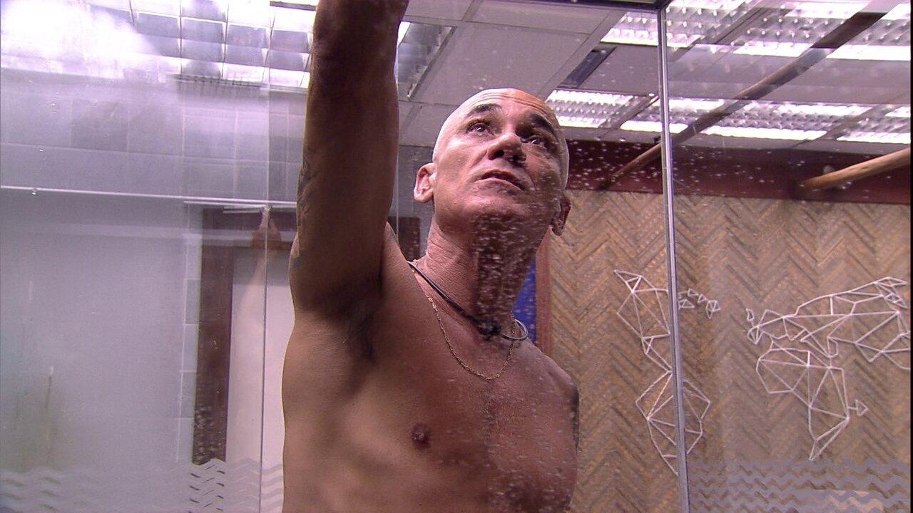 Ayrton reflete sozinho: 'Estou vacilando muito com a galera'