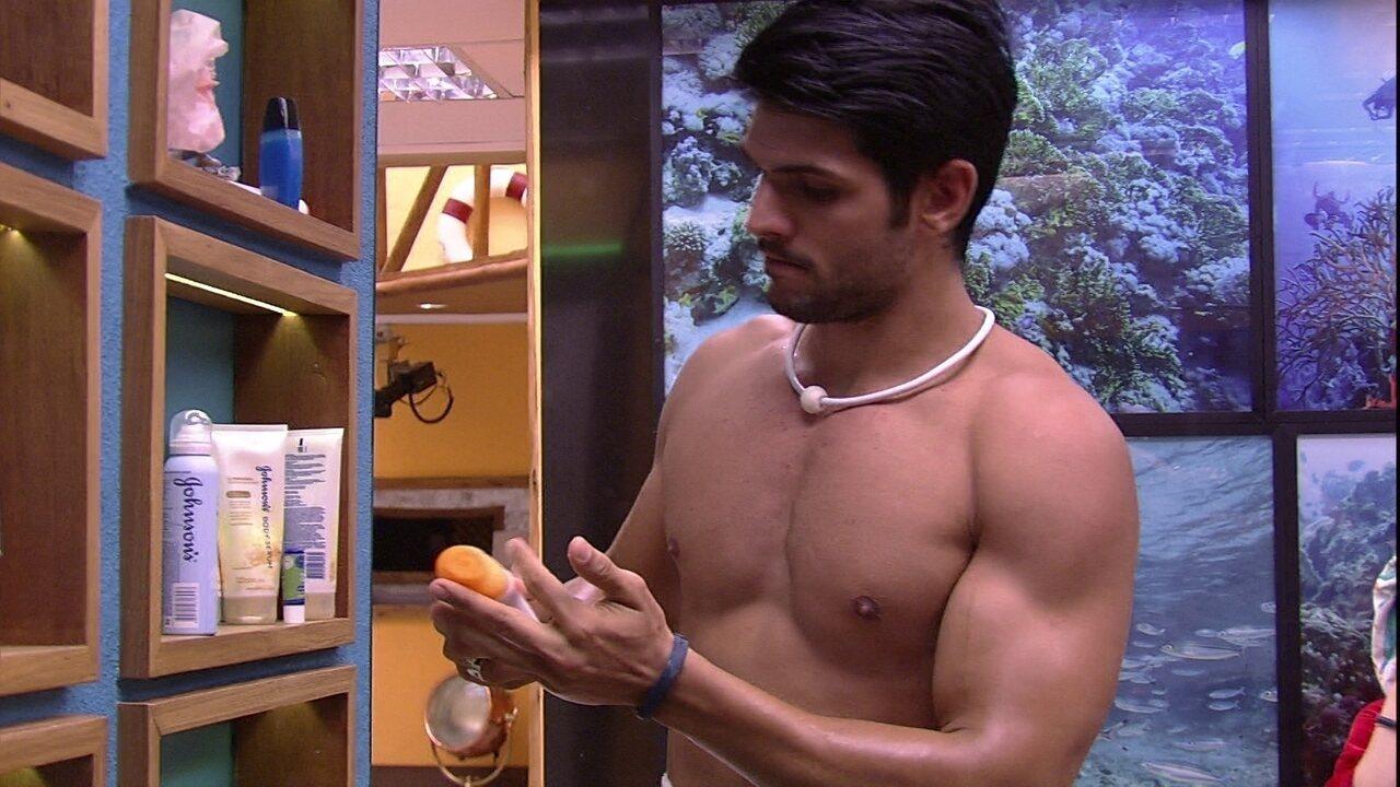 Lucas passa hidratante e Ana Clara faz a sobrancelha