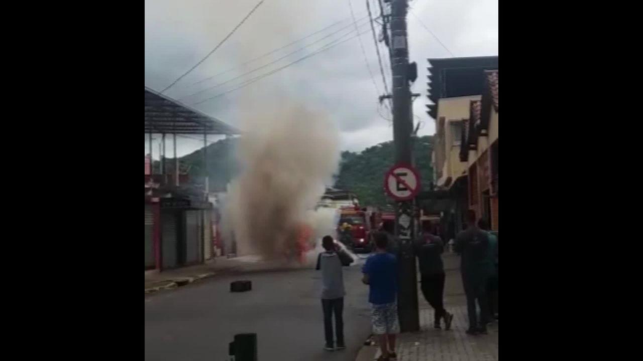 Bombeiros combatem incêndio em carro de passeio em Juiz de Fora; confira o vídeo