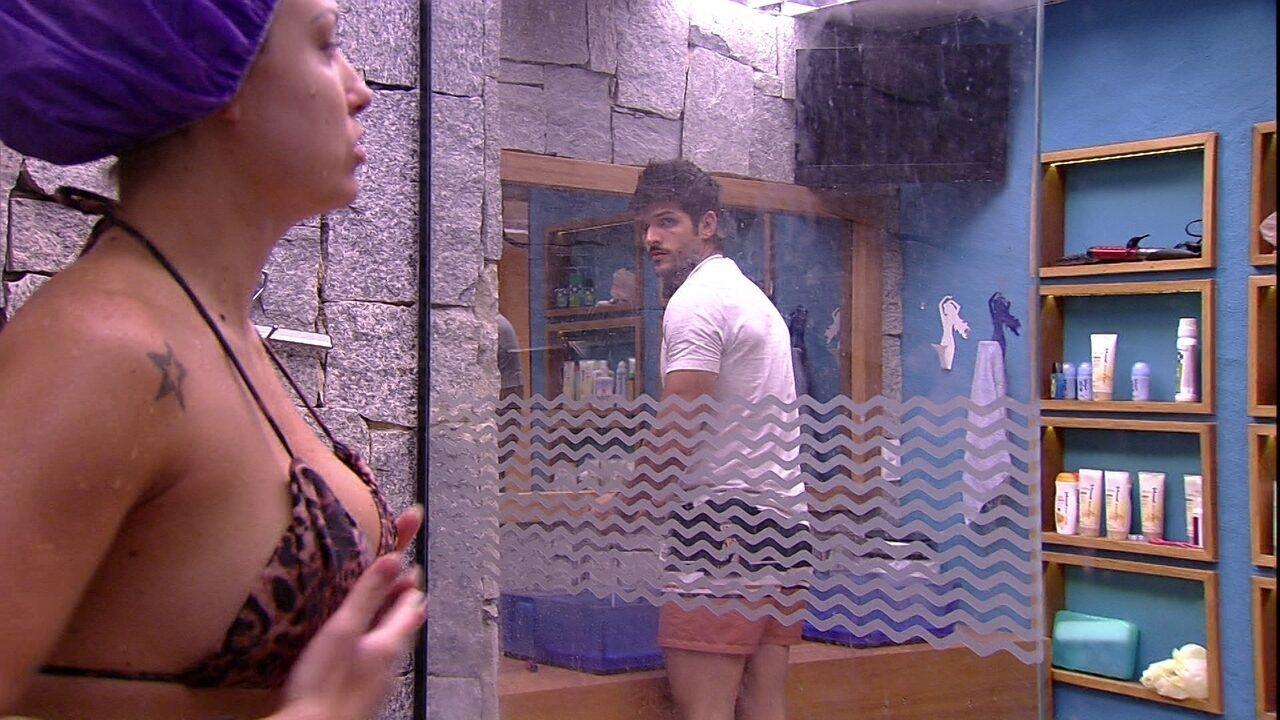 Jéssica é observada por Lucas enquanto toma banho